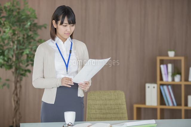 書類を見るビジネスウーマンの写真素材 [FYI04555837]