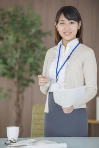 書類を持ち微笑むビジネスウーマンの写真素材 [FYI04555841]