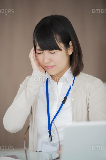 頭痛に悩むビジネスウーマンの写真素材 [FYI04555872]