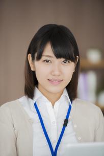 オフィスで微笑むビジネスウーマンの写真素材 [FYI04555888]