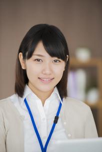 オフィスで微笑むビジネスウーマンの写真素材 [FYI04555890]