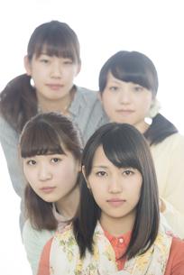真剣な表情をする4人の女性の写真素材 [FYI04555907]