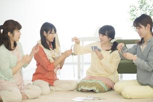 トランプをする4人の女性の写真素材 [FYI04555924]