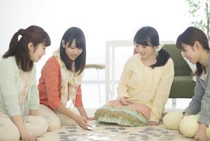 トランプをする4人の女性の写真素材 [FYI04555926]