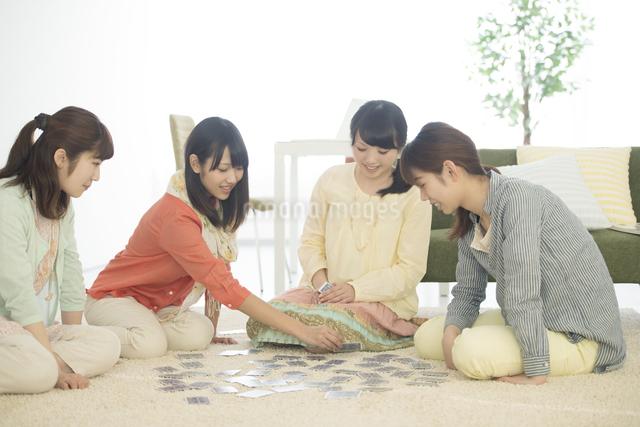 トランプをする4人の女性の写真素材 [FYI04555927]