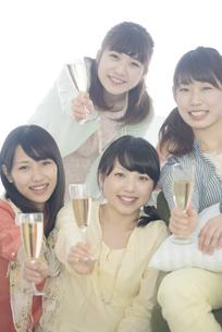 シャンパングラスを持ち微笑む4人の女性の写真素材 [FYI04555932]