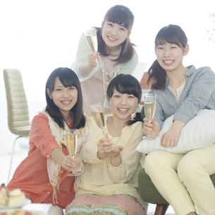 シャンパングラスを持ち微笑む4人の女性の写真素材 [FYI04555936]