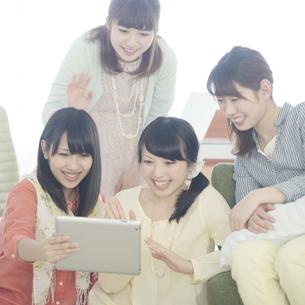 タブレットPCを見る4人の女性の写真素材 [FYI04555939]
