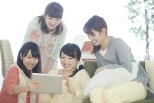 タブレットPCを見る4人の女性の写真素材 [FYI04555940]