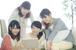 タブレットPCを見る4人の女性の写真素材 [FYI04555941]