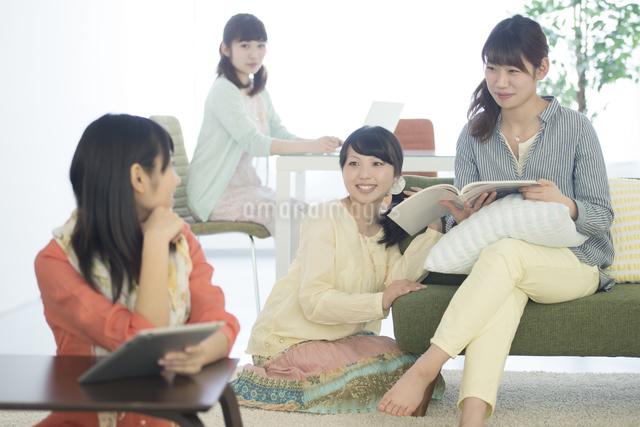 部屋でくつろぐ4人の女性の写真素材 [FYI04555942]