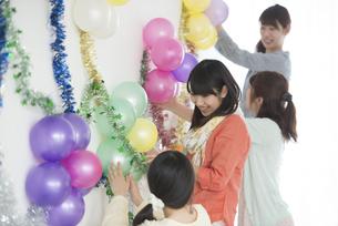 パーティーの飾り付けをする4人の女性の写真素材 [FYI04555951]