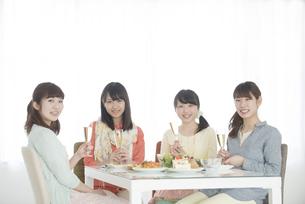 シャンパングラスを持ち微笑む4人の女性の写真素材 [FYI04555952]