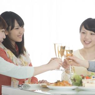 乾杯をする女性の写真素材 [FYI04555955]