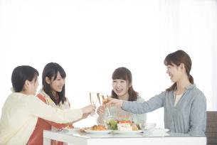 乾杯をする4人の女性の写真素材 [FYI04555956]