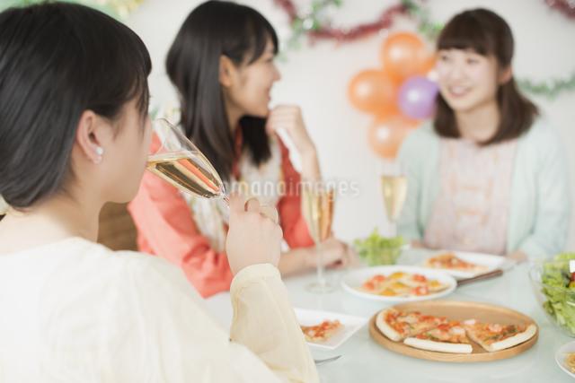 ホームパーティーをする女性の写真素材 [FYI04555957]