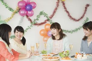 ホームパーティーをする女性の写真素材 [FYI04555962]
