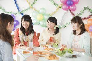 ホームパーティーをする女性の写真素材 [FYI04555965]