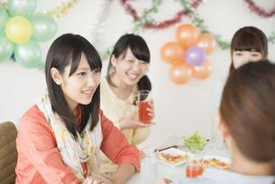ホームパーティーをする4人の女性の写真素材 [FYI04555969]