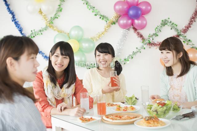 ホームパーティーをする4人の女性の写真素材 [FYI04555971]