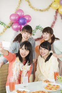 スマートフォンで自分撮りをする4人の女性の写真素材 [FYI04555972]