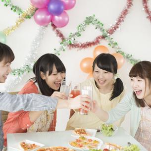 乾杯をする4人の女性の写真素材 [FYI04555976]
