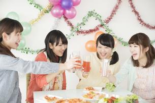 乾杯をする4人の女性の写真素材 [FYI04555977]