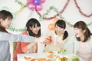 乾杯をする4人の女性の写真素材 [FYI04555979]