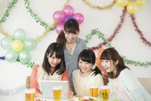タブレットPCを見る4人の女性の写真素材 [FYI04555981]