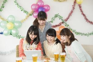 タブレットPCを見る4人の女性の写真素材 [FYI04555982]
