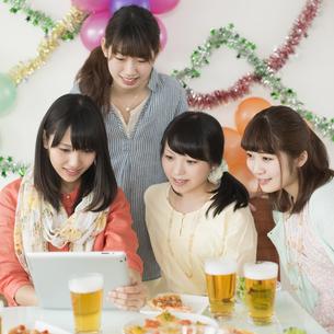 タブレットPCを見る4人の女性の写真素材 [FYI04555983]