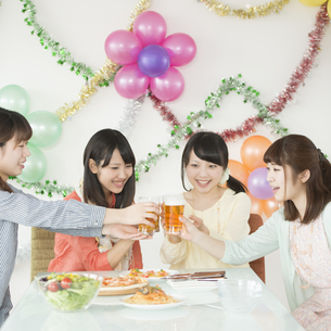 乾杯をする4人の女性の写真素材 [FYI04555987]