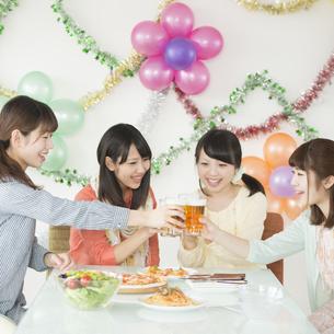 乾杯をする4人の女性の写真素材 [FYI04555989]