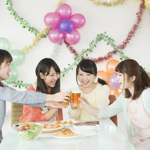 乾杯をする4人の女性の写真素材 [FYI04555990]