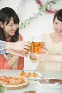乾杯をする女性の手元の写真素材 [FYI04555991]