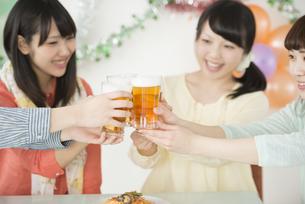 乾杯をする女性の手元の写真素材 [FYI04555993]