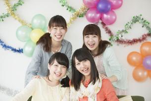 微笑む4人の女性の写真素材 [FYI04555995]