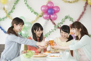 乾杯をする4人の女性の写真素材 [FYI04555996]