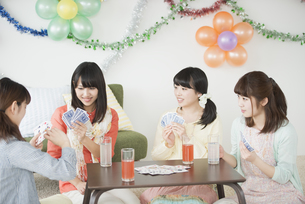 トランプをする4人の女性の写真素材 [FYI04556005]