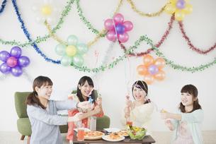 ホームパーティーをする4人の女性の写真素材 [FYI04556013]