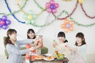 ホームパーティーをする4人の女性の写真素材 [FYI04556014]