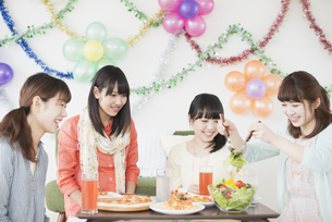 ホームパーティーをする4人の女性の写真素材 [FYI04556016]