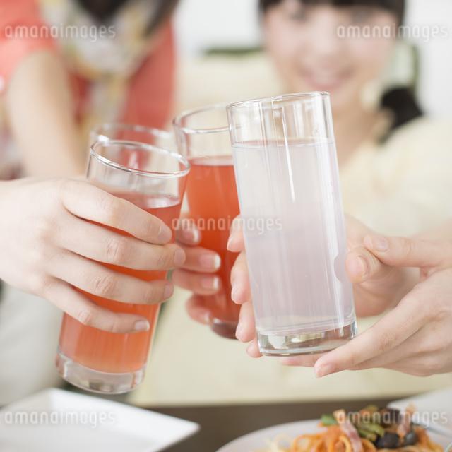 乾杯をする女性の手元の写真素材 [FYI04556017]