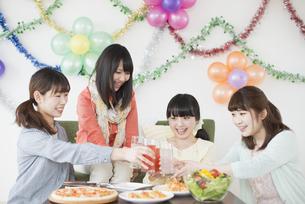 乾杯をする4人の女性の写真素材 [FYI04556018]