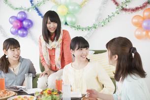 ホームパーティーをする4人の女性の写真素材 [FYI04556023]