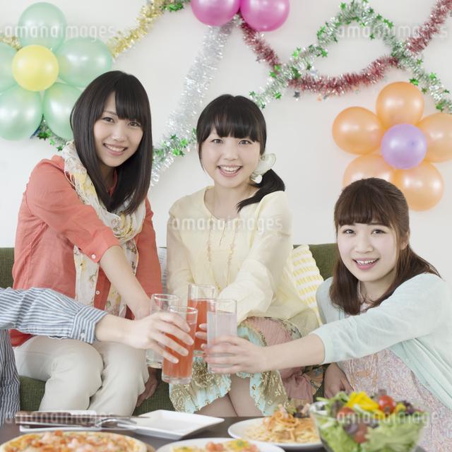 乾杯をする4人の女性の写真素材 [FYI04556024]