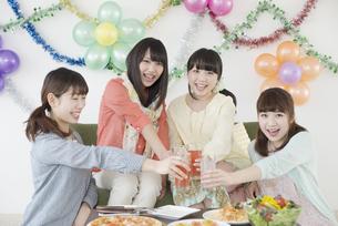 乾杯をする4人の女性の写真素材 [FYI04556025]