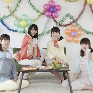 乾杯をする4人の女性の写真素材 [FYI04556026]