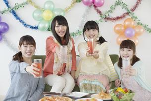 乾杯をする4人の女性の写真素材 [FYI04556027]