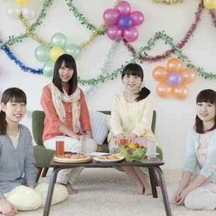 ホームパーティーをする4人の女性の写真素材 [FYI04556028]